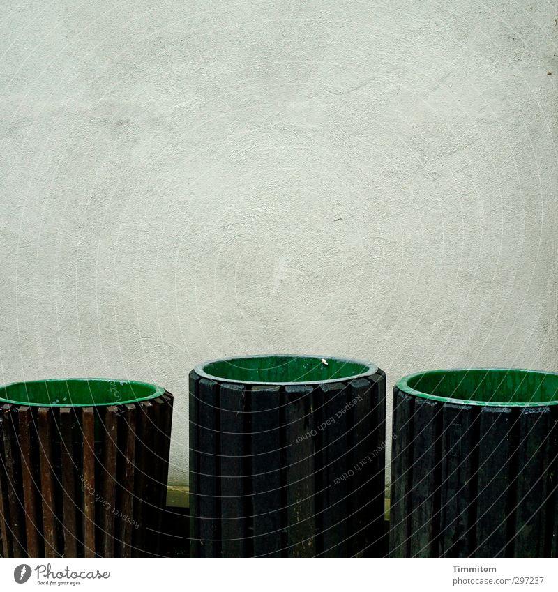 Zumutung|Eine Vollversammlung? Heute? grün Wand Gefühle Holz Mauer grau braun warten stehen trist einfach Kunststoff Zusammenhalt Arbeitsplatz Friedhof Heidelberg