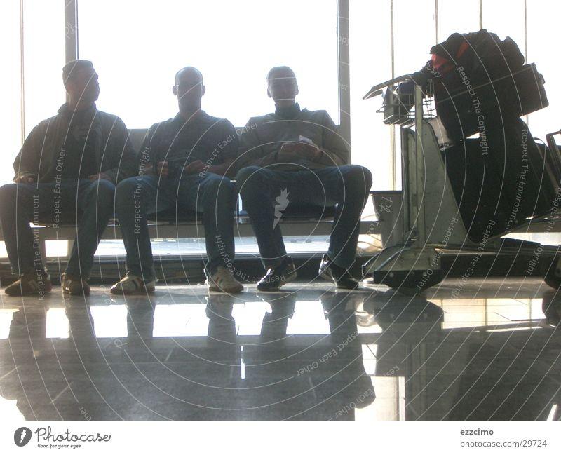 flightwaiters Menschengruppe Freundschaft warten Flughafen Frankfurt am Main Lagerhalle Abheben Wagen
