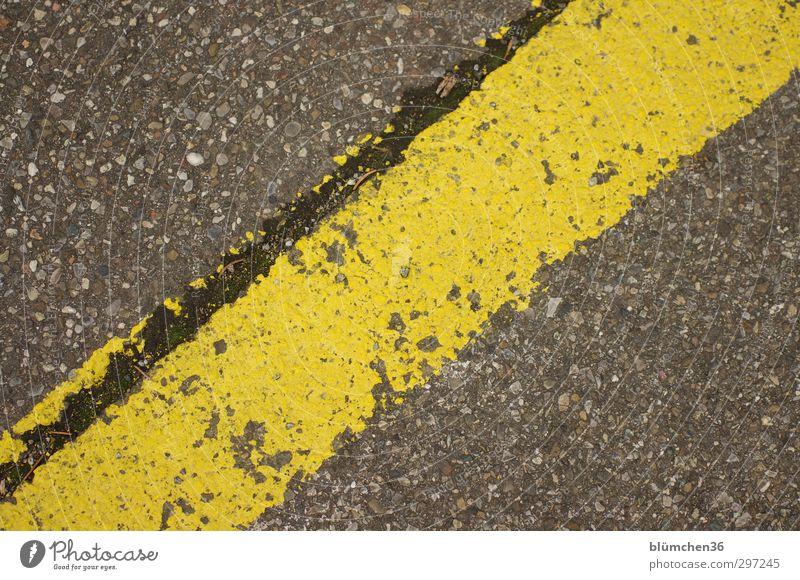 Zumutung | Strich durch die Rechnung Straße einfach gelb grau Schilder & Markierungen Linie quer Asphalt Parkplatz Ordnung Straßenbelag Farbfoto Außenaufnahme