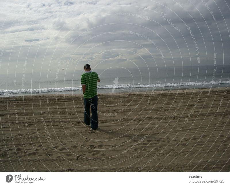freund 5 meter vor mir Strand Kalifornien Malibu Wasser Sand Sandstrand Junger Mann Rückansicht Küste Pazifik Horizont Wolkenhimmel Wolkenfeld einzeln 1 Fußspur