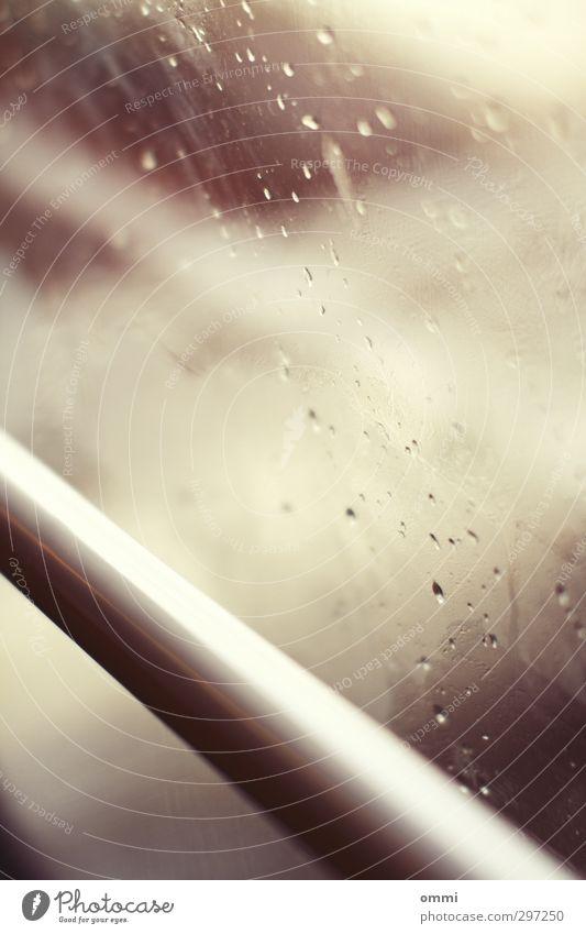 Hauch II Wassertropfen Regen Fenster Schwebebahn Glas ästhetisch authentisch hell nah Autofenster feuchtkalt Stab Farbfoto Gedeckte Farben Innenaufnahme