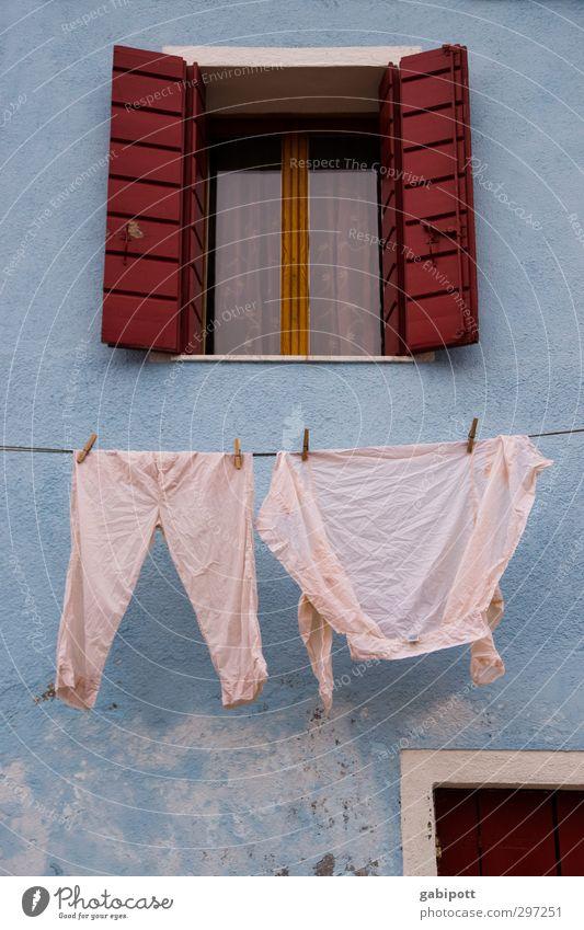 Zumutung | wer soll das noch anziehen Burano Altstadt Haus Mauer Wand Fassade Fenster Bekleidung Hemd Hose Unterwäsche außergewöhnlich Fröhlichkeit blau rosa