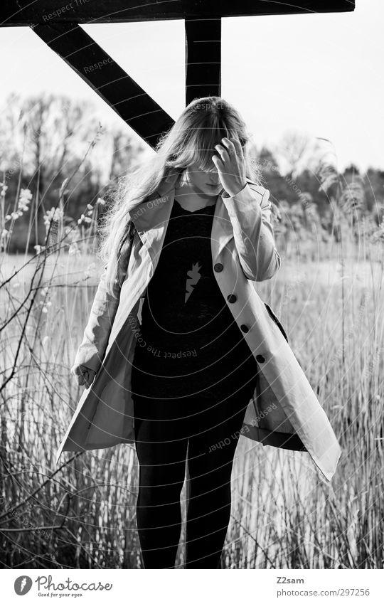 so halt elegant feminin Junge Frau Jugendliche 1 Mensch 18-30 Jahre Erwachsene Natur Landschaft Frühling Sträucher Wildpflanze Schilfrohr Seeufer Mode Mantel