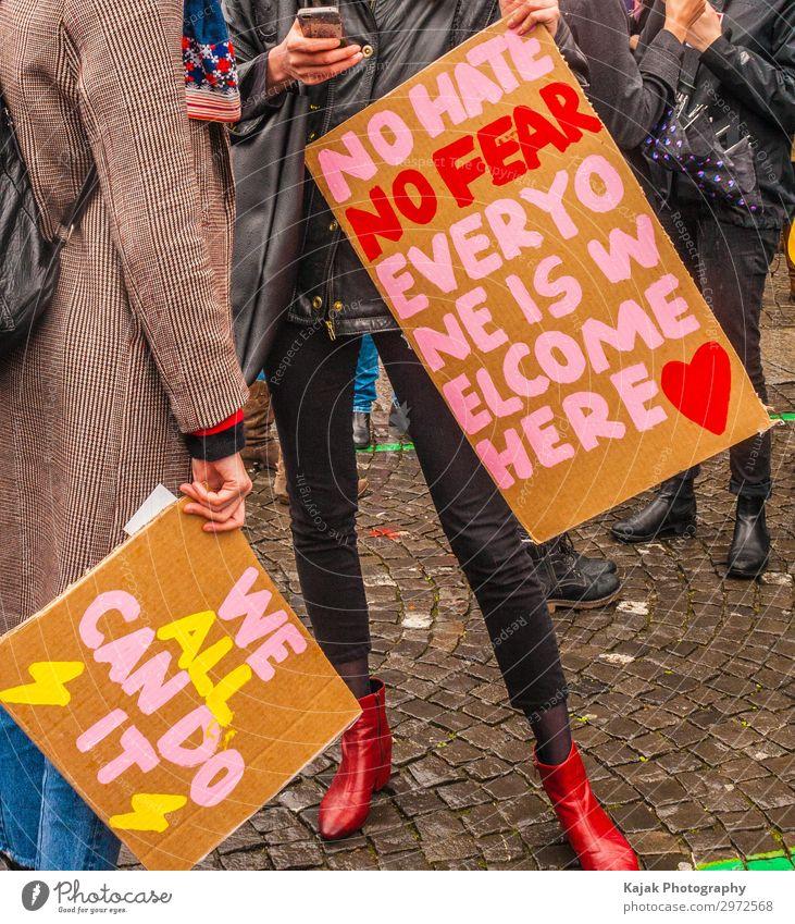 Feminism Mensch Frau Erwachsene sprechen Kommunizieren feminin Gefühle Kraft Solidarität Politik & Staat protestieren Zusammenhalt Farbfoto Außenaufnahme Tag