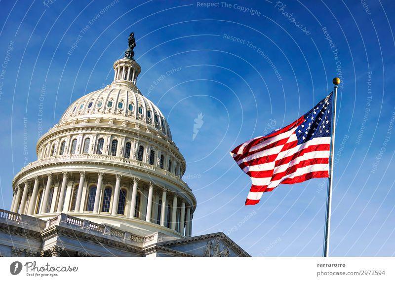 Amerikanische Flagge, die mit dem Capitol Hill weht. Ferien & Urlaub & Reisen Tourismus Himmel Hügel Architektur Fassade Denkmal Streifen Fahne historisch blau
