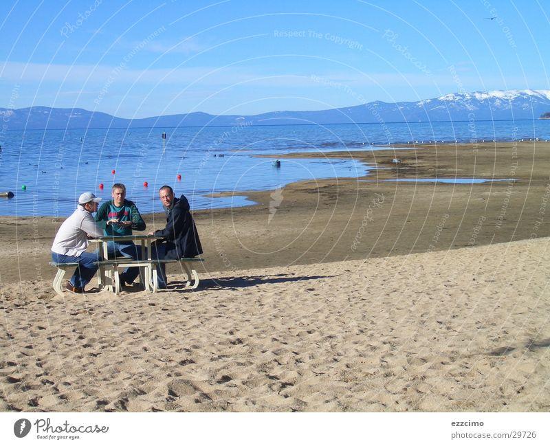 da stand ne bank am strand Wasser Strand Ferne Erholung Berge u. Gebirge See Sand Ausflug sitzen Tourismus USA Bank Seeufer Tourist Kalifornien Nevada