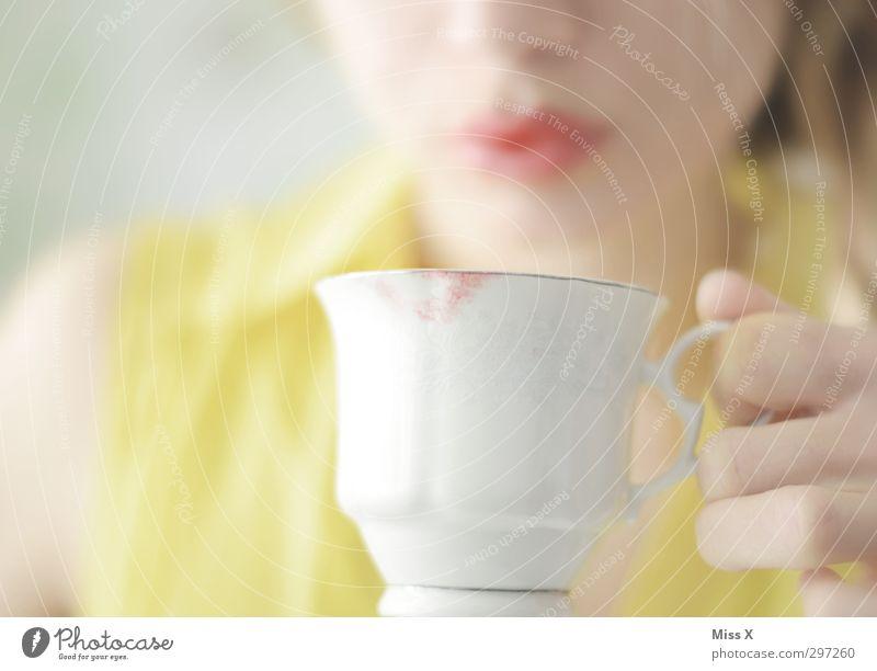 Lippenstift Getränk Heißgetränk Kaffee Tee Geschirr Tasse schön Kosmetik Mensch feminin Frau Erwachsene Mund 1 18-30 Jahre Jugendliche trinken gelb Fleck