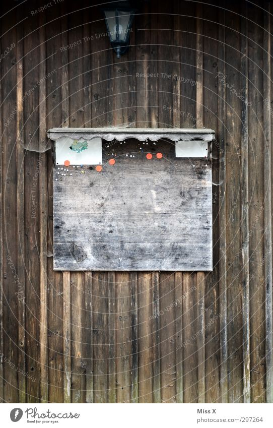 Schwarzes Brett Holz braun Kommunizieren Aushang Haltestelle informieren Holzwand Holzbrett Reißzwecken leer Farbfoto Gedeckte Farben Außenaufnahme