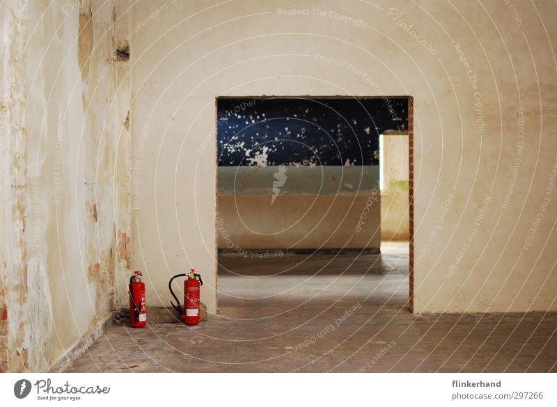 Ravensbrück. blau Stadt rot kalt Wand Mauer Gebäude kaputt Vergänglichkeit einfach historisch Bauwerk Vergangenheit gruselig Zukunftsangst Erwartung