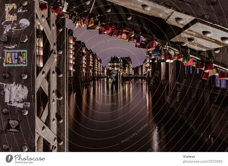 viele Schlösschen Nachtleben Hafen Architektur Fassade ästhetisch historisch maritim rot Attraktion Großstadt Hafencity Hamburg Hamburger Hafen Bridge