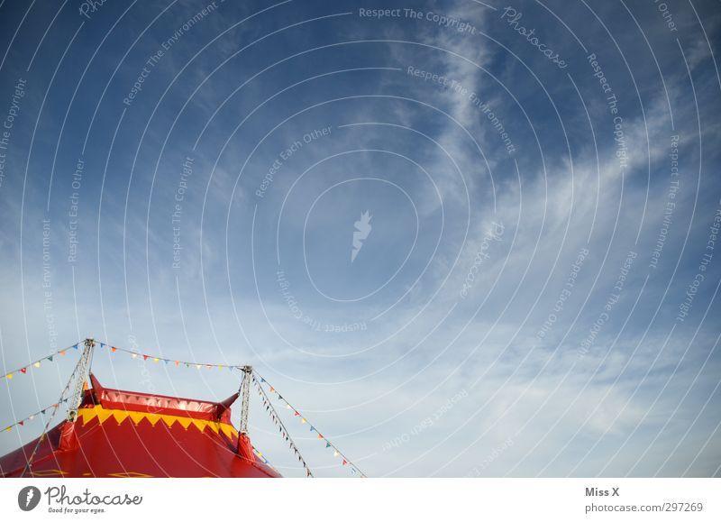 Hallogalli Feste & Feiern Jahrmarkt Himmel Wolken Schönes Wetter blau rot Zirkus Zirkuszelt Zelt Blauer Himmel Fahne Girlande Farbfoto mehrfarbig Außenaufnahme