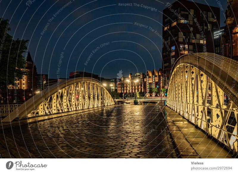 Brücken bauen.... Hamburg Hafencity Langzeitbelichtung dunkel Beleuchtung Kopfsteinpflaster Regen Regenwasser Hafenstadt Alte Speicherstadt