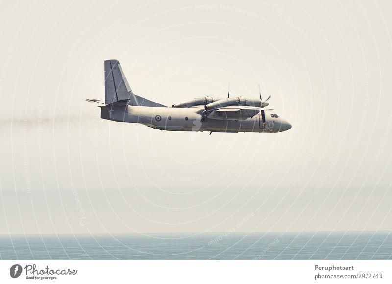 Militärflugzeug beim Pflügen des Himmels von Lima - Peru Freiheit Sonne Pilot Industrie Business Wolken Verkehr Flugzeug Geschwindigkeit blau Schutz