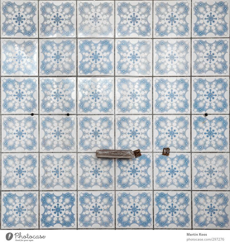 36 Fliesen Schwimmen & Baden Häusliches Leben Innenarchitektur alt kaputt retro trashig Farbfoto Gedeckte Farben Innenaufnahme Muster Strukturen & Formen