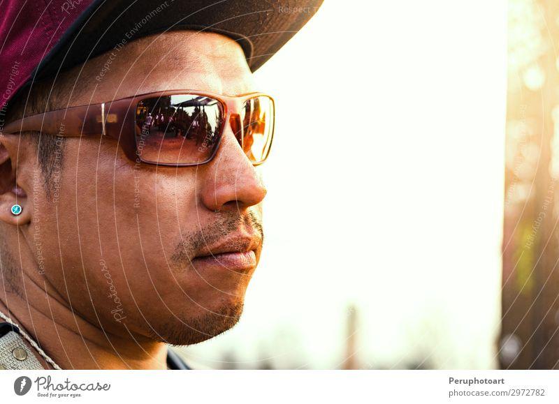 junger Bartmann, der auf der Straße posiert, Modestil, Sonnenbrille. Tee Lifestyle Stil Glück Haare & Frisuren Gesicht Mensch Junge Mann Erwachsene Kunst Hemd