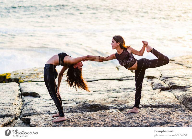 Zwei Mädchen am Strand, die bei Sonnenuntergang Yoga machen. Lima Peru. Lifestyle Glück schön Körper Wellness Erholung Sommer Meer Sport Mensch Frau Erwachsene