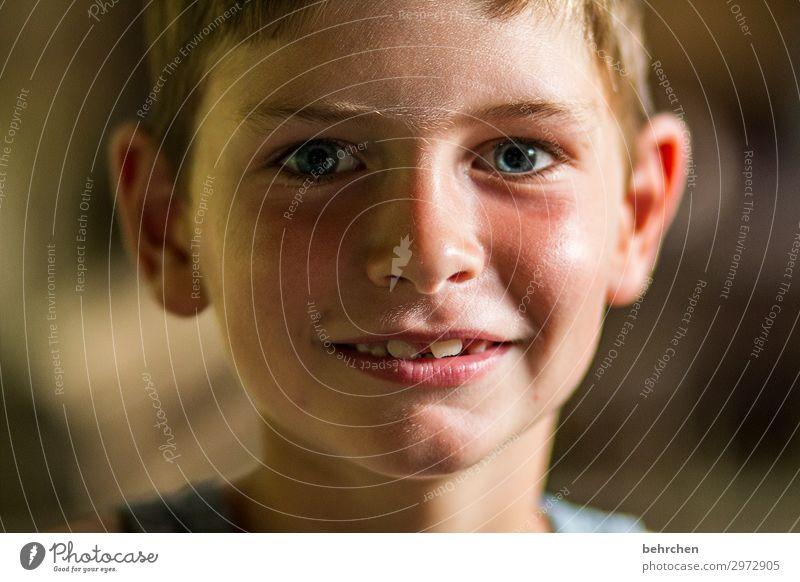 zufriedenheit Porträt interessiert neugierig Neugier aufmerksam Vertrauen blaue augen Gesicht Sonnenlicht Borneo Malaysia Junge Kind Farbfoto