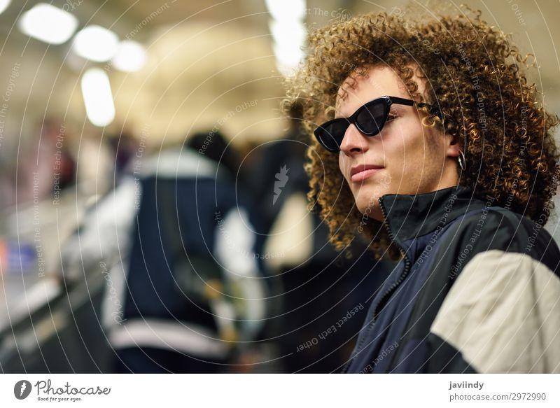 Junger Mann, der in einer U-Bahn-Station nach oben geht. Lifestyle Stil Haare & Frisuren Ferien & Urlaub & Reisen Ausflug Mensch maskulin Jugendliche Frau