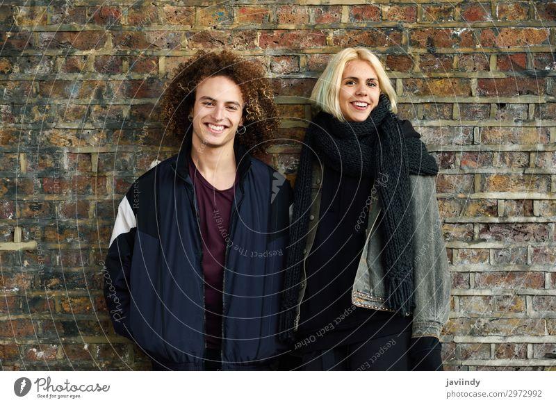 Junges Paar genießt die Stadt Camden vor einer Ziegelmauer. Freude Glück Haare & Frisuren Ferien & Urlaub & Reisen Tourismus Mensch maskulin feminin Junge Frau
