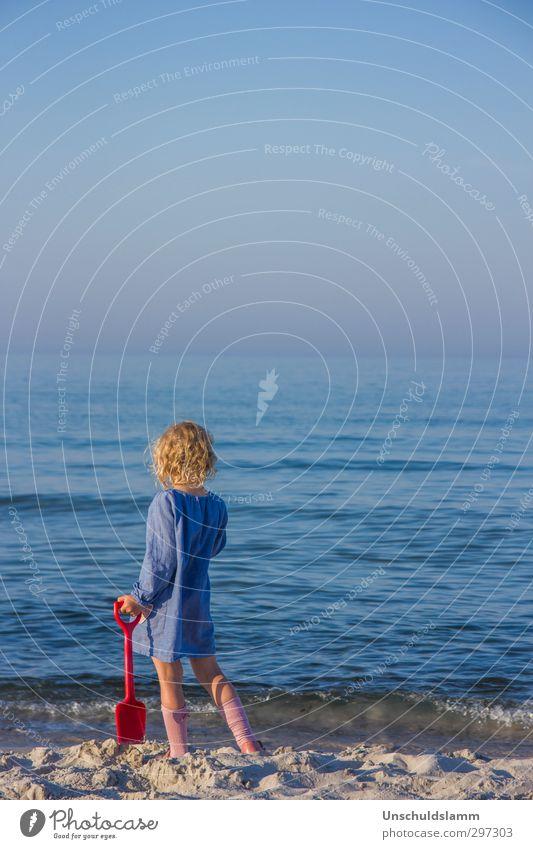 Blue Mensch Kind blau Ferien & Urlaub & Reisen schön Wasser Sommer Farbe rot Meer Mädchen ruhig Strand Erholung Ferne Leben