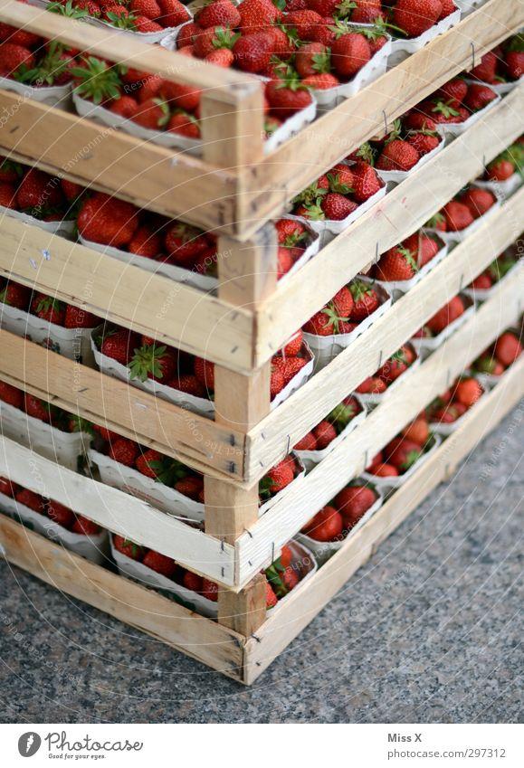 Kistenweise Lebensmittel Frucht Ernährung Bioprodukte Vegetarische Ernährung frisch Gesundheit lecker süß Erdbeeren Wochenmarkt orange Obstschale Obstladen