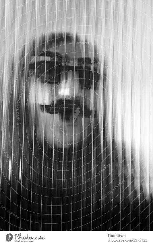Später dann... Feste & Feiern Karneval Frau Erwachsene 1 Mensch Maske Glas Linie grau weiß Gefühle Glastür Schwarzweißfoto Innenaufnahme Tag