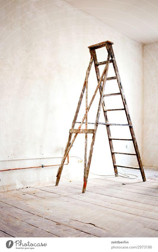 Stehleiter Altbau Arbeit & Erwerbstätigkeit Baustelle Handwerker Leiter Maler Anstreicher Mauer Mehrfamilienhaus Menschenleer Stadthaus Renovieren