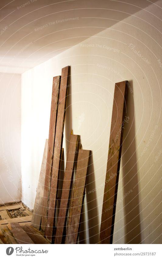 Ein paar Bretter Holz Wand Textfreiraum Mauer Häusliches Leben Wohnung Raum stehen Baustelle Holzbrett Material Flur Renovieren Altbau Holzfußboden vertikal