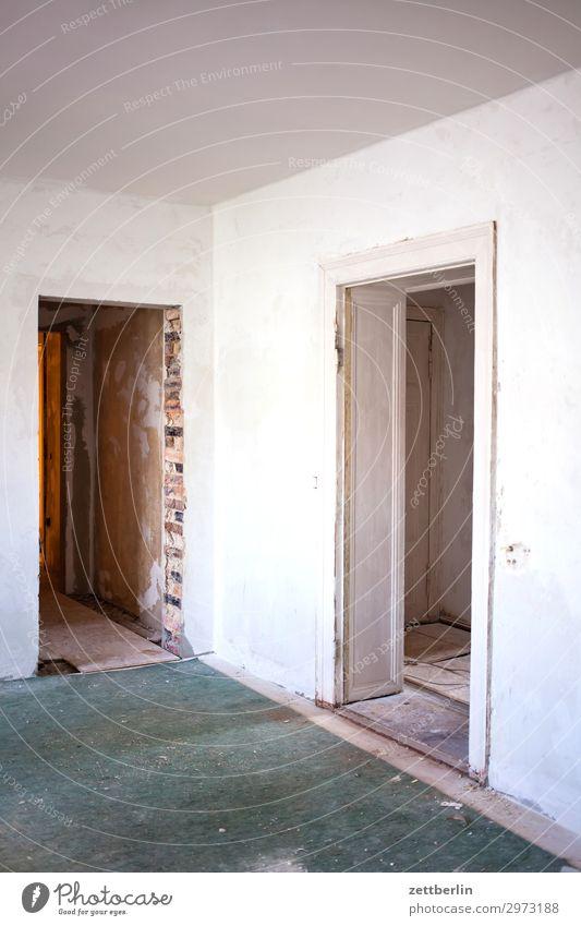 Zwei Türrahmen weiß Innenarchitektur Wand Textfreiraum Mauer Häusliches Leben Wohnung Raum Ecke Baustelle Renovieren Altbau Durchgang Sanieren Modernisierung