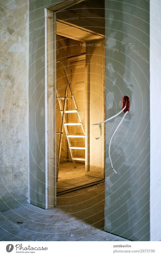 Baustelle Altbau Altbauwohnung Leiter Mauer Raum Renovieren Modernisierung Sanieren stehleiter Tür Wand Häusliches Leben Wohnung Licht Lampe Beleuchtung Ecke