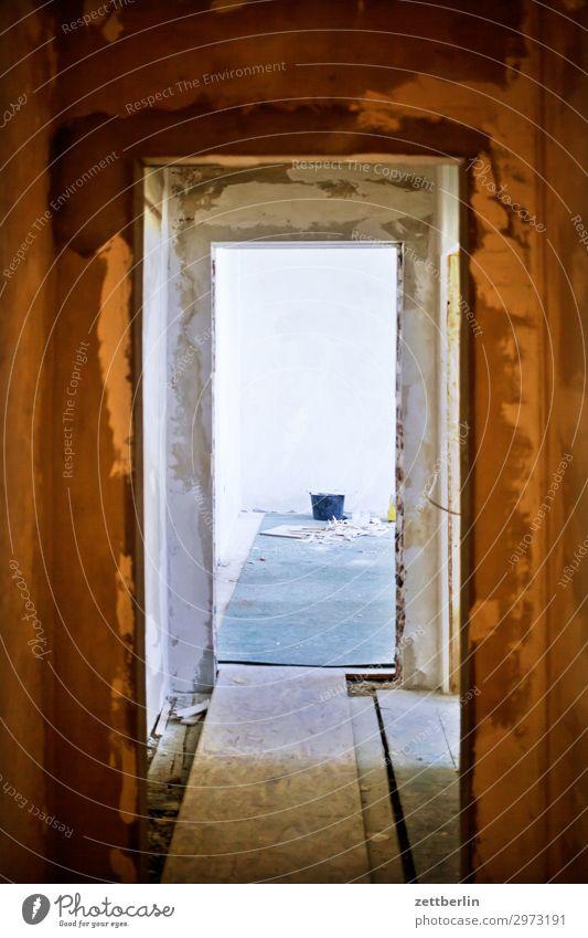 Altbausanierung again Innenarchitektur Wand Textfreiraum Mauer Häusliches Leben Wohnung Raum Tür Baustelle Flur Renovieren Durchblick Durchgang Sanieren Eimer