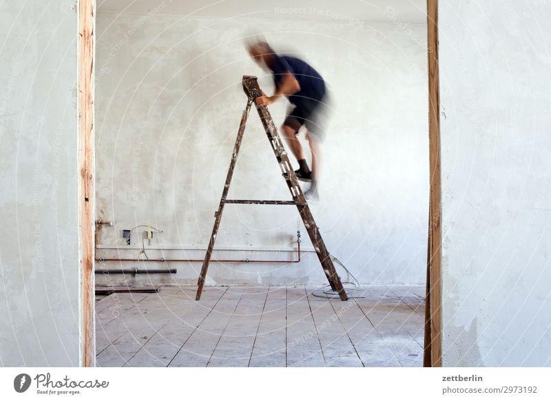 Leiter hoch (3) Altbau Altbauwohnung aufsteigen Baustelle Karriere Klettern Mann Mauer Mensch Raum Innenarchitektur Renovieren Modernisierung Sanieren
