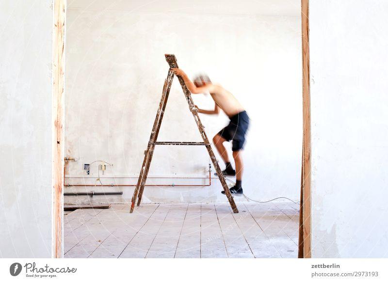4997 Altbau Altbauwohnung aufsteigen Baustelle Karriere Leiter Klettern Mann Mauer Mensch Raum Renovieren Modernisierung Sanieren stehleiter Tür Wand