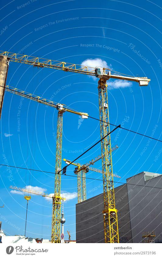 Baukräne im Wind Baustelle Gewerbe Hochbau Wohnung Wohnungssituation Wohnhaus Wohnhochhaus Kran turmdrehkran Ausleger Berlin Deutschland Hauptstadt Haus