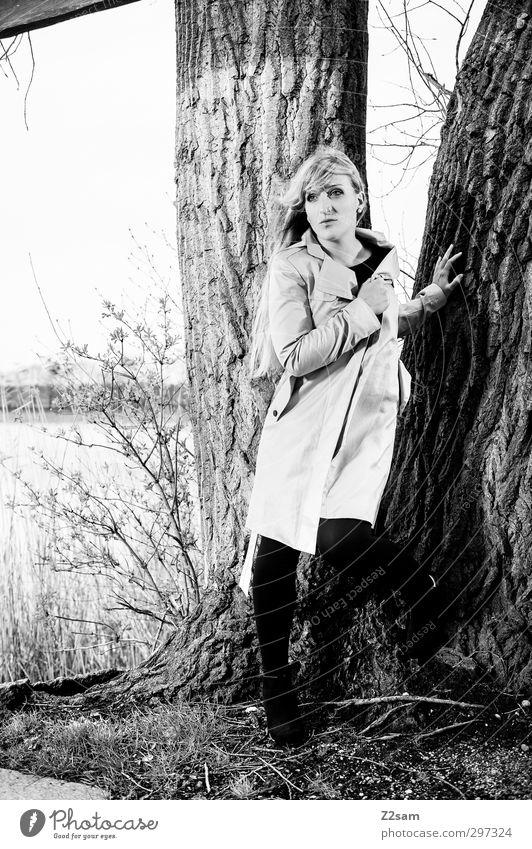 vom Winde verweht Lifestyle elegant Stil feminin Junge Frau Jugendliche 18-30 Jahre Erwachsene Natur Landschaft Frühling Baum Sträucher Seeufer Mantel Piercing
