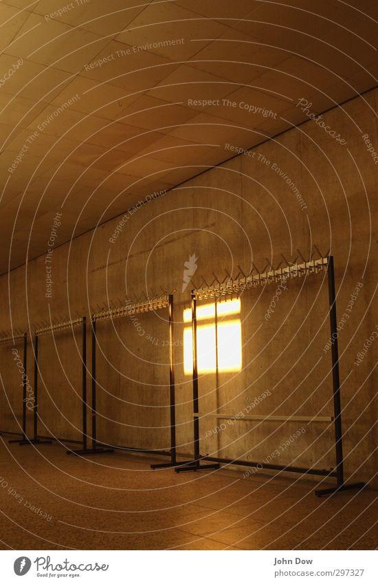 Schulferien | hitzefrei Einsamkeit Wärme Architektur hell Beton Bekleidung Schulgebäude Erkenntnis aufhängen Feierabend Lichteinfall Kleiderständer Kleiderhaken