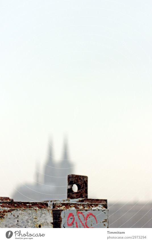 Vorwiegend heiter Tourismus Himmel Köln Dom Sehenswürdigkeit Wahrzeichen Kölner Dom Metall Schriftzeichen blau grau rot schwarz Gefühle Irritation Loch Farbfoto