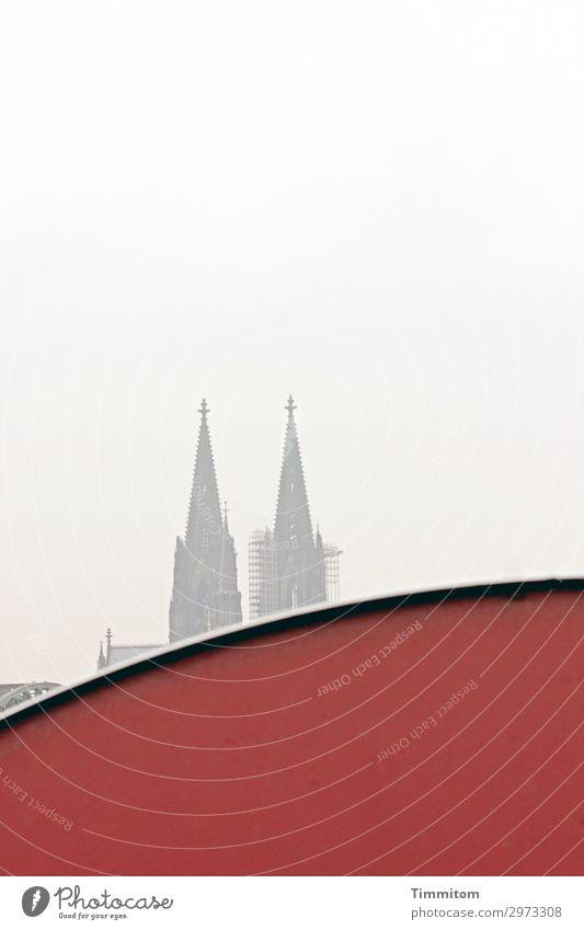 Immer an der Wand lang | dann! Tourismus Köln Stadt Fassade Kölner Dom ästhetisch rot Gefühle Wahrzeichen vertraut Himmel Eisenbahnbrücke Farbfoto Außenaufnahme