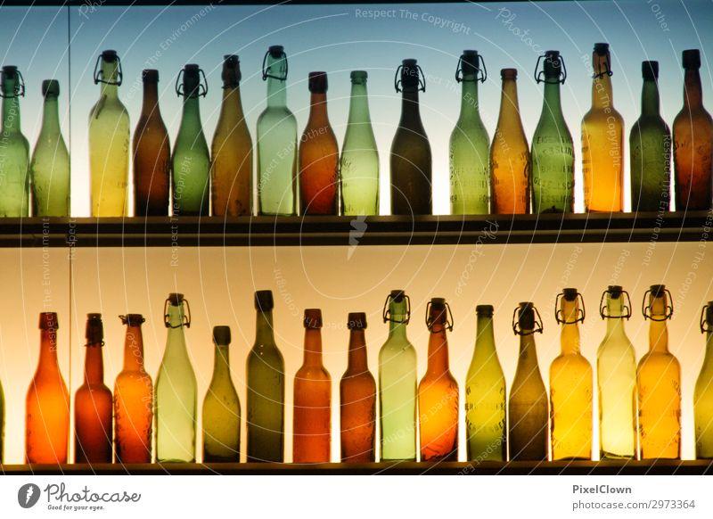 Bunte Flaschen Geschäftsessen Getränk Alkohol Spirituosen Wein Nachtleben Party Restaurant Club Disco Bar Cocktailbar trinken ästhetisch Fröhlichkeit mehrfarbig