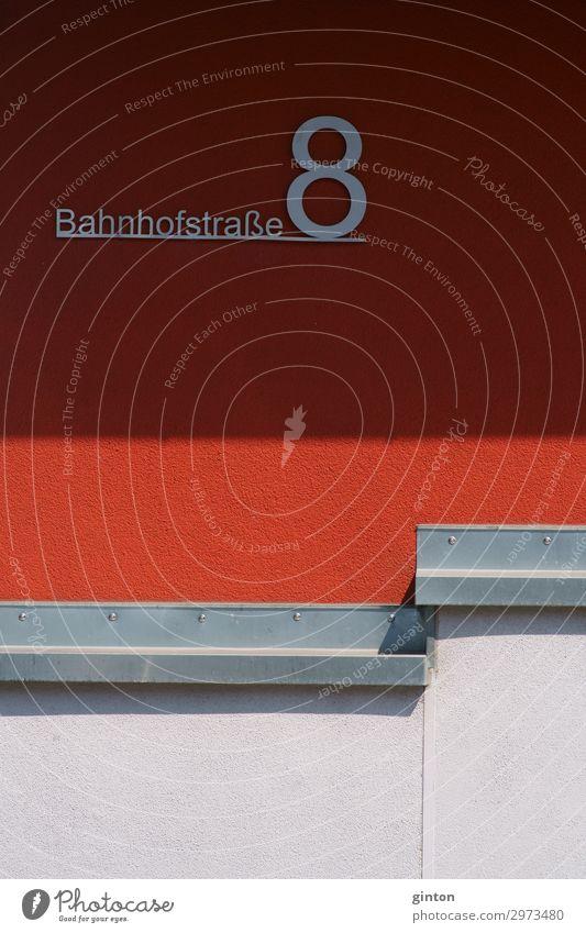 Straßenschild und Hausnummer rot schwarz Architektur Wand Gebäude Fassade Schriftzeichen Schilder & Markierungen einfach Zeichen Ziffern & Zahlen neu eckig Putz