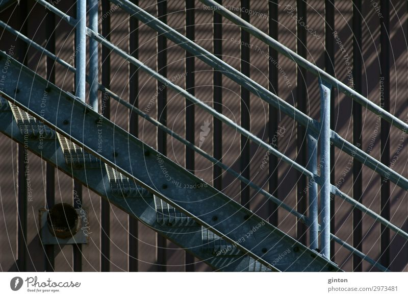 Außentreppe Industriegebäude Industrieanlage Gebäude Architektur Treppe Fassade dreckig dunkel einfach fest trist Treppengeländer Feuerleiter Notausgang Element