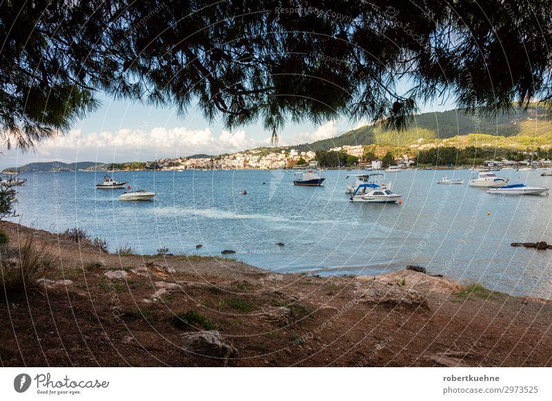 Blick auf die Stadt Skiathos in Griechenland Ferien & Urlaub & Reisen Erholung Küste Tourismus Wasserfahrzeug Europa Insel Hafen Dorf Schifffahrt Hafenstadt