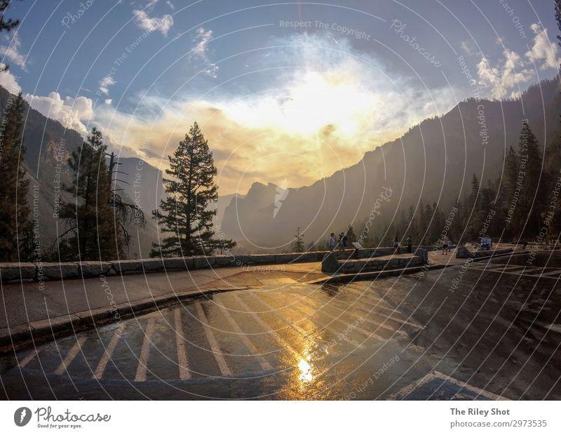 Yosemite Nationalpark bei Sonnenuntergang. schön Ferien & Urlaub & Reisen Tourismus Sommer Berge u. Gebirge Natur Landschaft Himmel Unwetter Regen Baum Gras
