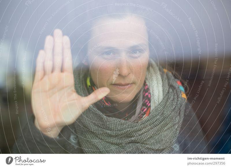 Nah aber nicht erreichbar Mensch Frau Hand ruhig Erwachsene feminin Gefühle grau Denken Stimmung außergewöhnlich Kraft Zufriedenheit ästhetisch beobachten