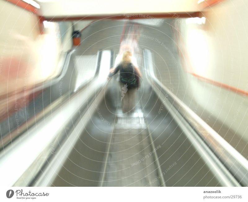 Tunnelblick Bewegung abwärts Rolltreppe