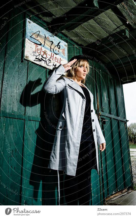 Petri Heil elegant Stil feminin Junge Frau Jugendliche 1 Mensch 18-30 Jahre Erwachsene Landschaft Sträucher Seeufer Hütte Mode Mantel Hut blond langhaarig