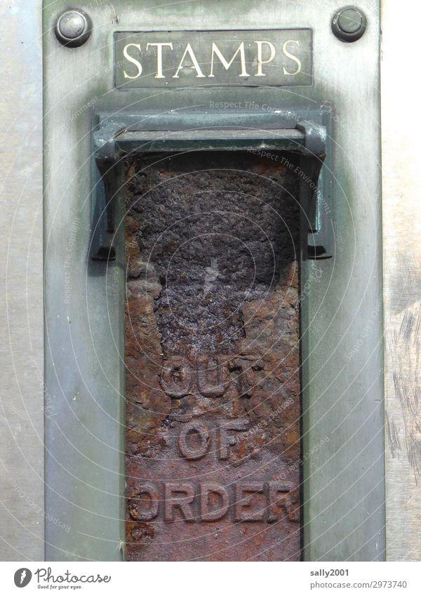 heute keine Briefmarken... Automat alt gruselig Endzeitstimmung Vergänglichkeit Zerstörung Rost kaputt Hinweisschild Metall Post Oxidation out of order Farbfoto