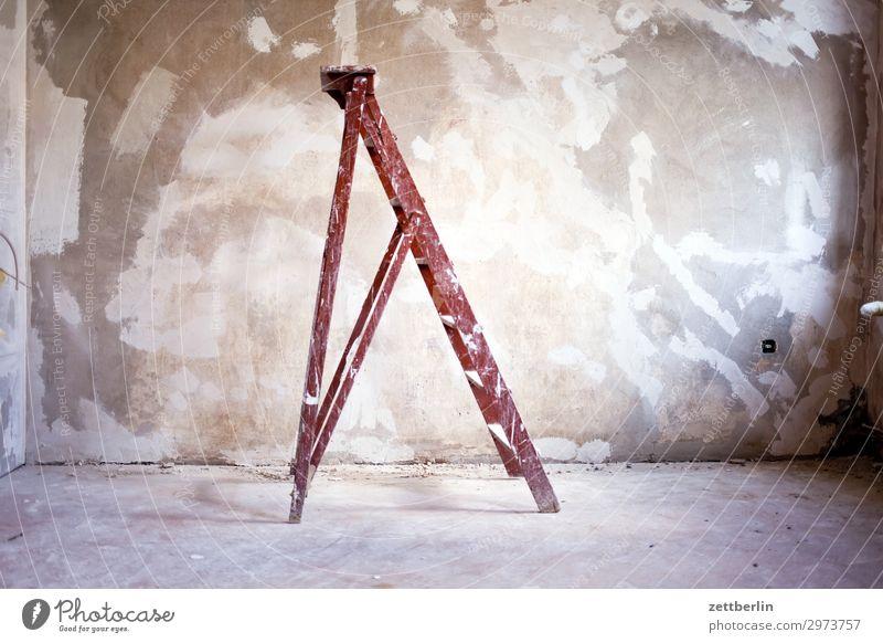 Alte Leiter Altbau Altbauwohnung Baustelle Mauer Raum Renovieren Modernisierung Sanieren stehen steil Wand Häusliches Leben Wohnung Menschenleer Textfreiraum