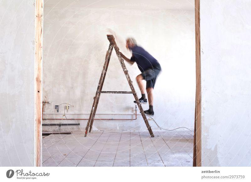 Leiter hoch (1) Altbau Altbauwohnung aufsteigen Baustelle Karriere Klettern Mann Mensch Raum Innenarchitektur Renovieren Modernisierung Sanieren stehleiter Tür