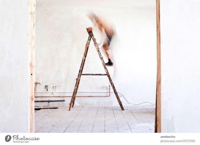 Mann auf der Leiter again Mensch Innenarchitektur Wand Mauer Häusliches Leben Wohnung Raum Tür Baustelle Klettern Karriere Renovieren Altbau aufsteigen